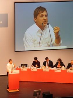 Sascha Binder bei seiner Vorstellungsrede auf dem Singener Parteitag. FOTO: T. Zajontz