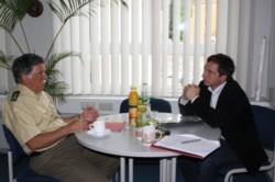 Manfred Malchow und Sascha Binder im Gespräch. FOTO: T. Zajontz