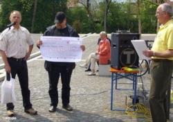 Der Vorsitzende des Bürgerbusvereins, O. Wörz, (re.) nimmt von (v. li.) E. Herrmann und A. Saalmüller die Spende entgege