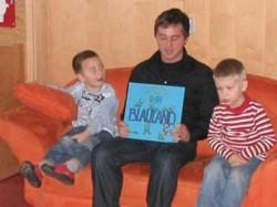 """Sascha Binder las im Kindergarten St.Gallus aus """"Kennt ihr Blauland?"""". FOTOS: SPD"""